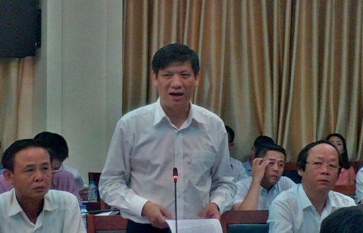 Thứ trưởng Bộ Y tế Nguyễn Thanh Long đọc báo cáo của Bộ Y tế