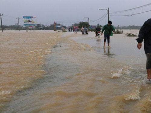 Mưa lớn, thủy điện xả lũ đồng loạt, nhiều vùng hạ du ở tỉnh Quảng Nam ngập nặng