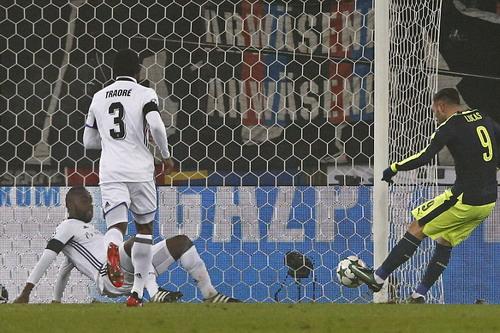 Lucas Perez lập hat-trick cho đội khách Arsenal
