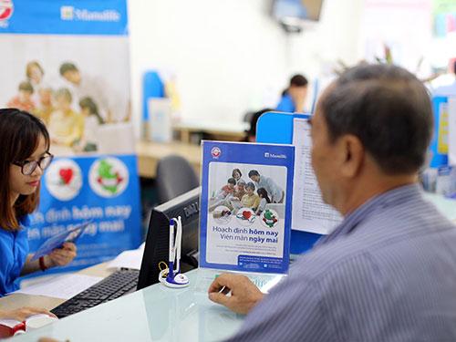Khách hàng đang được nhân viên Ngân hàng TMCP Sài Gòn tư vấn tham gia bảo hiểm qua kênh Bancassurance