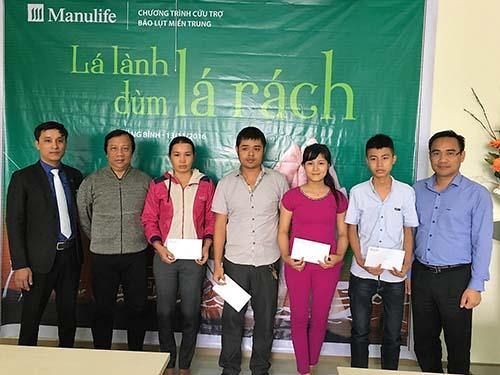Đại diện Manulife Việt Nam trao quà cho khách hàng tại Quảng Bình