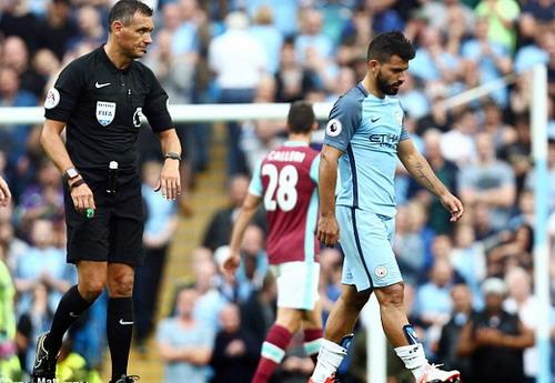 Aguero bị cấm thi đấu 3 trận vì pha đánh chỏ với hậu vệ West Ham