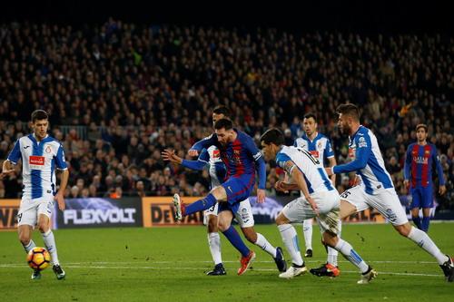 Messi trong vòng vây Espanyol