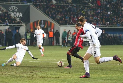 Mkhitaryan đi bóng nửa sân, ghi bàn đầu tiên trong màu áo M.U