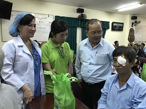 Đem ánh sáng đến 200 bệnh nhân nghèo ở phía Nam