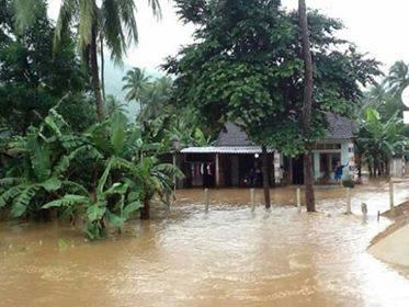 Một khu dân cư ở huyện Hoài Nhơn (Bình Định) bị chia cắt do nước lũ (ảnh CTV)
