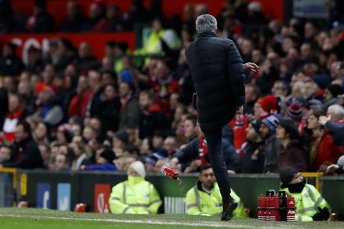 Jose Mourinho đá tung chai nước ở trận đấu với West Ham