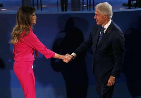 Vợ ông Trump, bà Melania, và cựu Tổng thống Bill Clinton tại cuộc tranh luận. Ảnh: Reuters