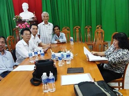 Tử tú án oan gần 18 năm Huỳnh Văn Nén (thứ 5 từ trái qua) và cha - Ảnh: CTV