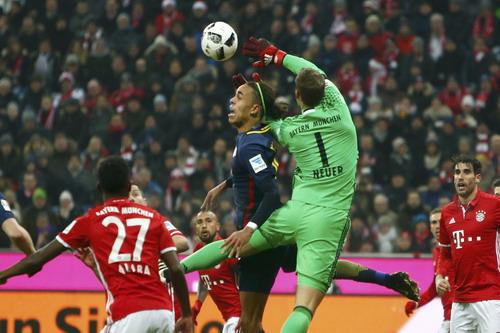 Thủ thành Neuer tranh chấp bóng với Yussuf Poulsen của Leipzig