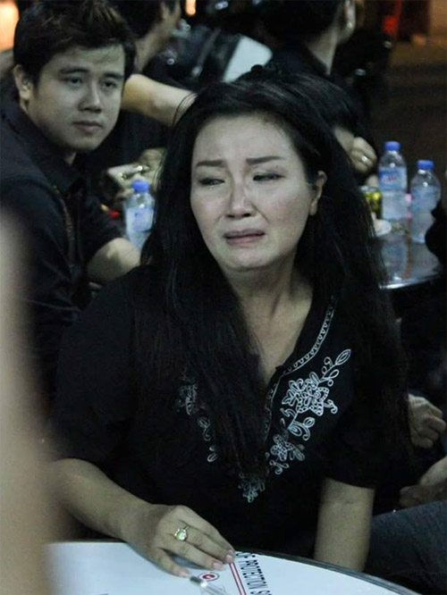 Nghệ sĩ Ngân Quỳnh không cầm được nước mắt