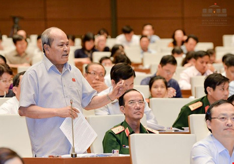 ĐB Ngô Văn Minh (Quảng Nam) chất vấn tại hội trường Quốc hội - Ảnh: Chinhphu.vn