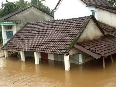 Nhiều ngôi nhà ngập sâu trong lũ