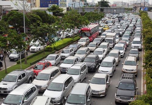 Ô tô dưới 9 chỗ xếp hàng dài trên đường Điện Biên Phủ, quận Bình Thạnh, TP HCM Ảnh: Hoàng Triều