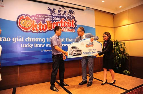 Ông Adwin Chong, Tổng Quản lý Khách sạn Windsor Plaza, trao chìa khóa chiếc Mercedes-Benz C 200 cho ông Trần Minh Đức - khách hàng trúng giải đặc biệt