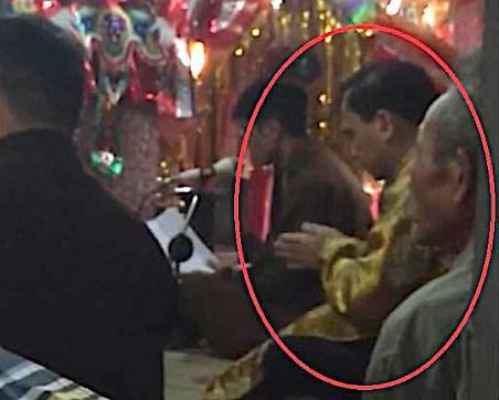 Hình ảnh lan truyền trên mạng được cho là ông Tác đang làm lễ