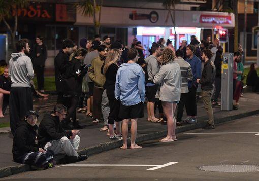 Người dân chạy ra khỏi nhà ở thủ đô Wellington. Ảnh: EPA