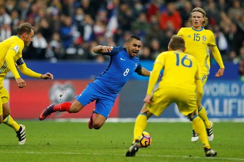 Dimitri Payet ấn định chiến thắng 2-1 chung cuộc cho đội chủ sân Stade de France