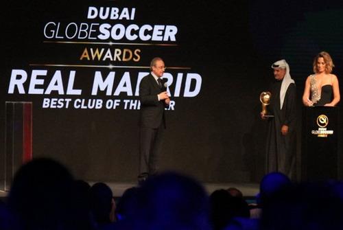 Chủ tịch Florentino Perez thay mặt Ronaldo nhận giải Cầu thủ xuất sắc của Global Soccer