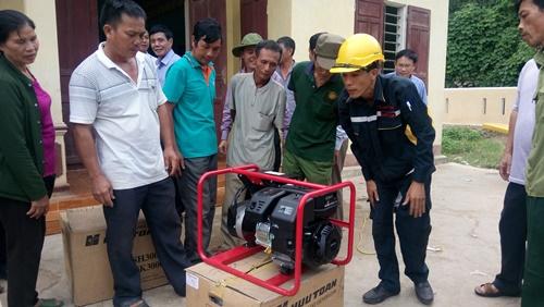 Máy phát điện của Chương trình Ánh sáng trong lũ đến với người dân huyện Tuyên Hóa, tỉnh Quảng Bình. Ảnh: Minh Tuấn
