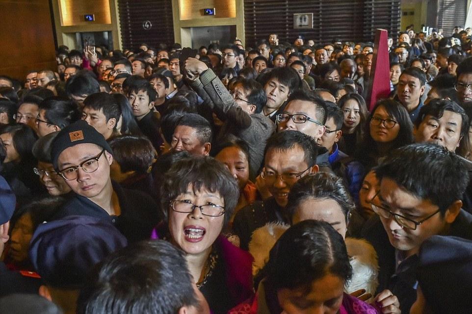 Chen chúc tại một đợt bán hàng giảm giá ở Hàng Châu, tỉnh Chiết Giang. Ảnh: Daily Mail