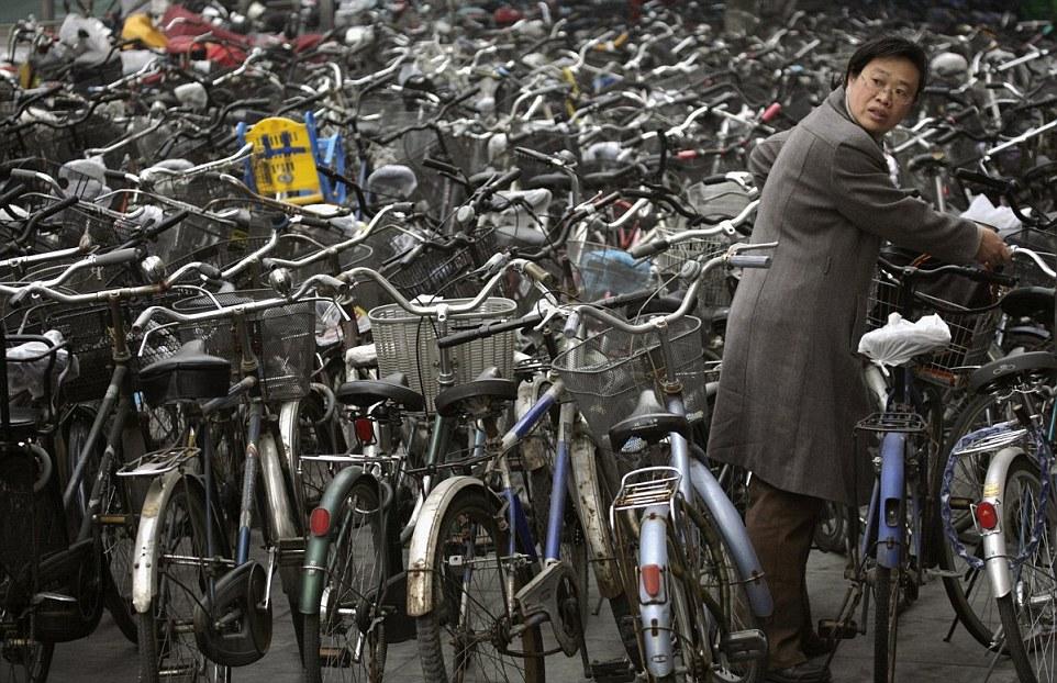 Bãi xe đạp ngồn ngộn ở Bắc Kinh. Ảnh: Daily Mail