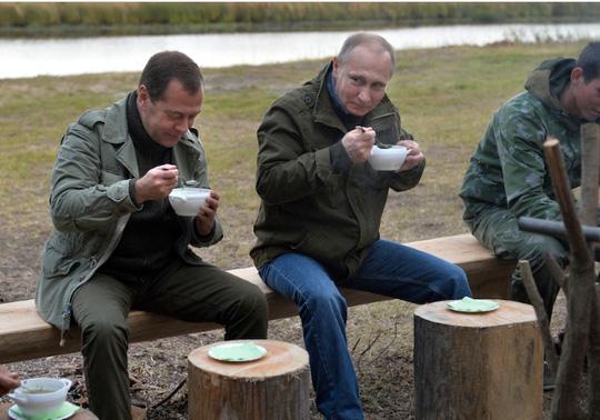 Tổng thống Nga Vladimir Putin và Thủ tướng Medvedev trong một kỳ nghỉ gần đây. Ảnh: ĐIỆN KREMLIN
