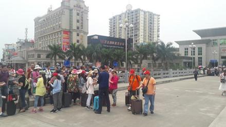 Khách Trung Quốc đang đợi làm thủ tục nhập cảnh qua cửa khẩu quốc tế Móng Cái