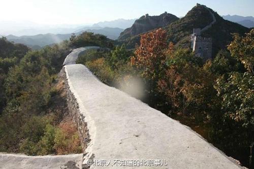 Tiểu Hà Khẩu, con đường 700 tuổi dài 8 km đi qua địa phận tỉnh Liêu Ninh mới đây khiến nhiều người Trung Quốc phẫn nộ. Điều này xuất phát từ việc bức tường thành đổ nát bị thay thế bằng con đường bê tông gồ ghề và thô kệch. Ảnh: News.