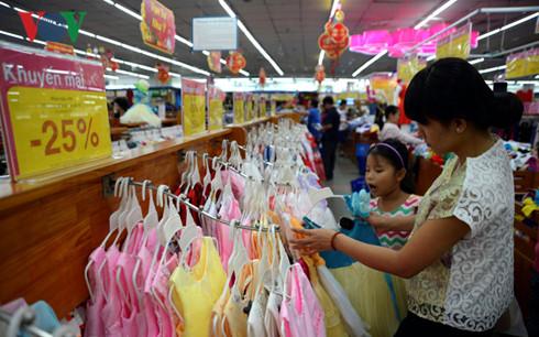 Nhiều siêu thị thời trang tung ra các gói giảm giá hấp dẫn nhằm thu hút khách hàng dịp cuối năm.