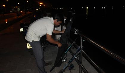 Nhiều người chọn câu cá đêm để giải trí sau một ngày làm việc.