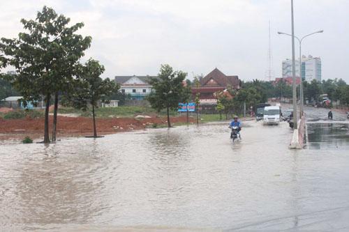 Khu vực nạn nhân được cứu vớt sáng 8-10 nước tràn suối, ngập khỏi mặt đường.