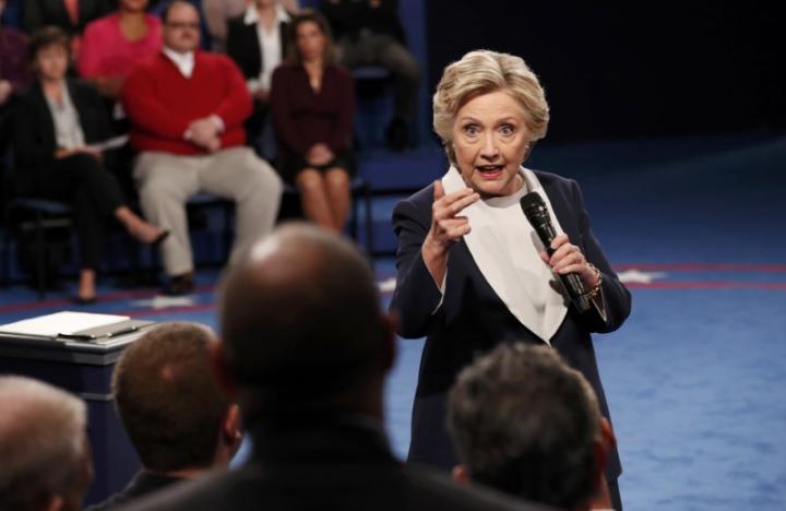 Bà Clinton ăn miếng trả miếng với đối thủ. Ảnh: Reuters