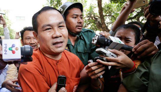 Ông Un bị áp giải tới phiên toà ở Phnom Penh hồi tháng 5. Ảnh: PHNOM PENH POST
