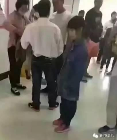 Bé gái tại bệnh viện. Ảnh: Sina