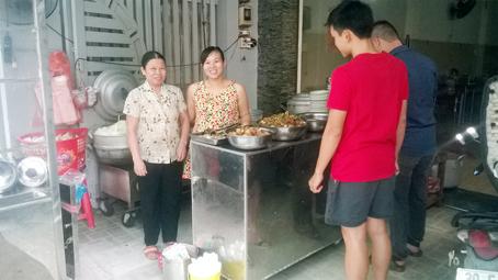 Chị Trần Thị Lan Anh (thứ 2 từ trái sang) với cuộc sống đời thường của bà chủ quán cơm.