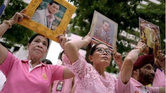 Quốc vương Bhumibol Adulyadej rất được người dân tôn kính. Ảnh: Reuters