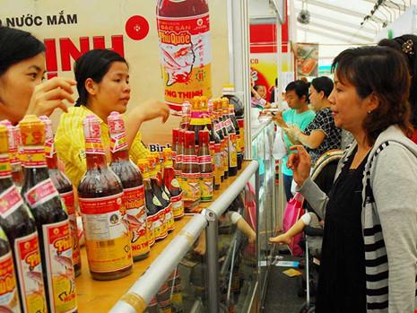 Người tiêu dùng chọn mua nước mắm tại hội chợ hàng Việt Nam chất lượng cao. Ảnh: HTD