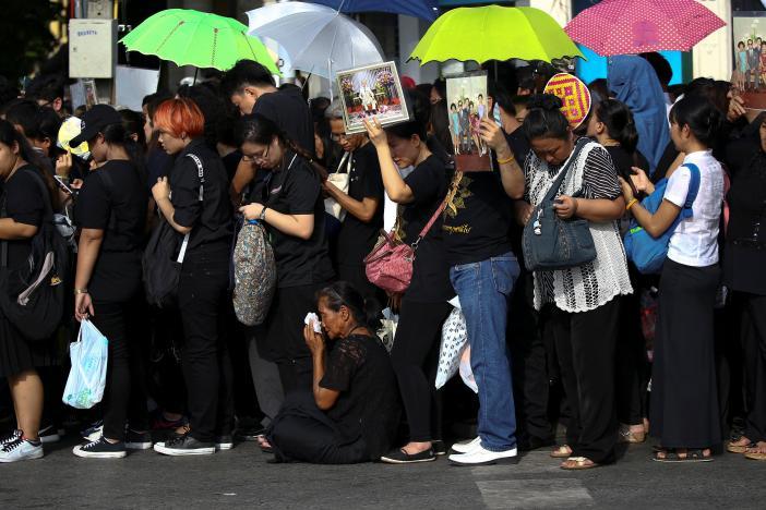 Dòng người xếp hàng bên ngoài hoàng cung bất chấp nắng nóng. Ảnh: Reuters