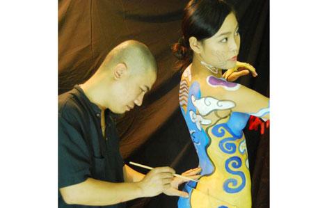 Phương Vũ Mạnh vẽ body painting.