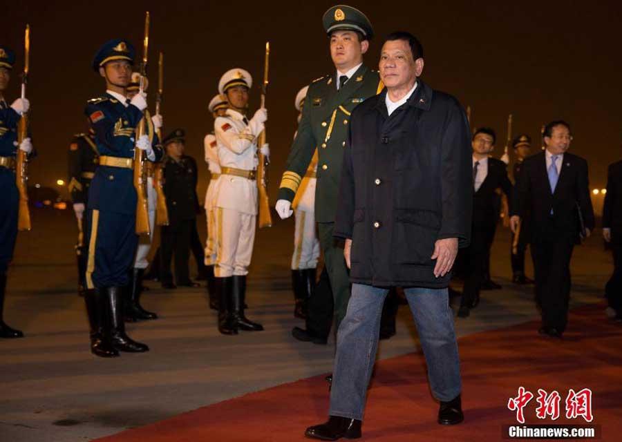 Ông Duterte đến Trung Quốc đêm 18-10. Ảnh: Chinanews