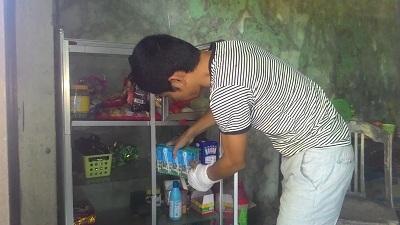Tủ tạp hóa được chị em xóm giềng quyên góp giúp bà Hương bán kiếm sống qua ngày. Ảnh: VGP/Mai Vy