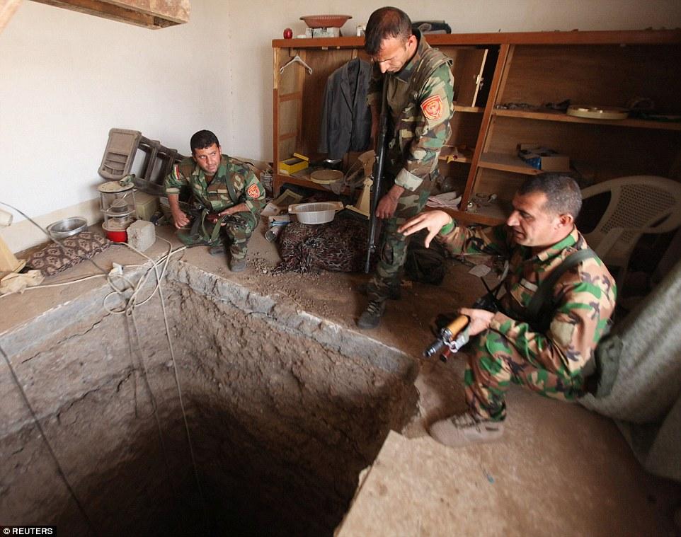 Lực lượng người Kurd phát hiện đường hầm bên ngoài TP Mosul. Ảnh: Reuters