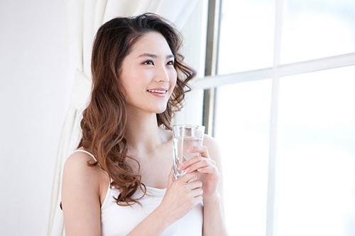 Uống đủ nước mỗi ngày là bí quyết bảo vệ dáng hình