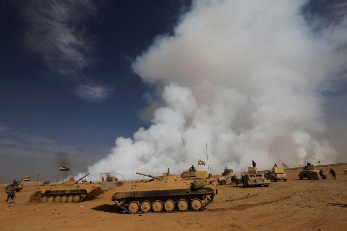 Khói độc bốc lên trời sau khi IS đốt một nhà máy sulfur ở phía Nam Mosul. Ảnh: Reuters