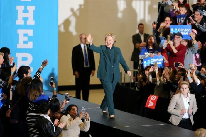 Bà Clinton đi vận động ở bang Ohio tối 21-10. Ảnh: Reuters