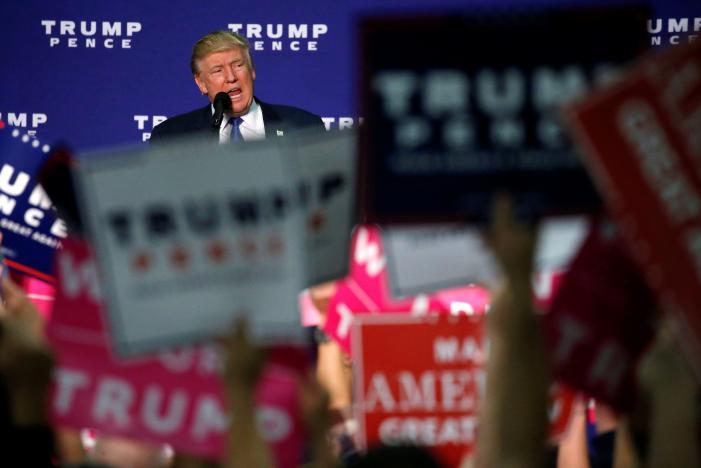Ông Trump tại bang Bắc Carolina tối 21-10. Ảnh: Reuters