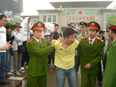 Công an Quảng Ninh áp giải đối tượng truy nã do Công an Trung Quốc bàn giao.