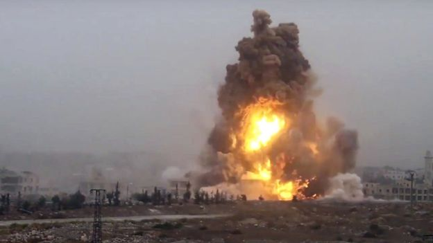 Quân nổi dậy pháo kích ở Aleppo. Ảnh: AP