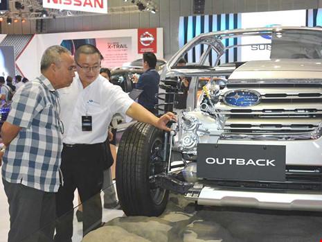 Người dân tham quan triển lãm xe hơi tại TP HCM. Ảnh: Q.HUY